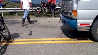 Personas quedaron atrapadas en un carro tras un accidente entre Oiba y Socorro