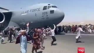 Desperate Afghanis STORM One of Last Planes Out of Afghanistan