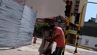 Video registra a un hombre comiendo de la basura en Bucaramanga