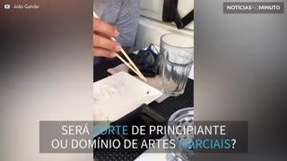 """Karate Kid"": Jovem consegue pegar mosca com palitinhos"