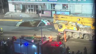 Seis muertos tras ser tragado bus en China