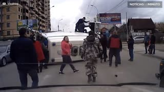 Acidente: Ambulância é derrubada por carro em alta velocidade