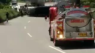Camión cisterna se volteó en la vía Lebrija - Girón