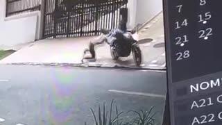 Video: Mujer fue arrastrada al oponerse a un hurto en Bucaramanga