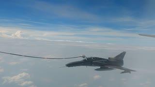 Tanquean avión militar en el aire 2