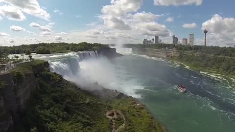 Enormous size of Niagara Falls from the US side