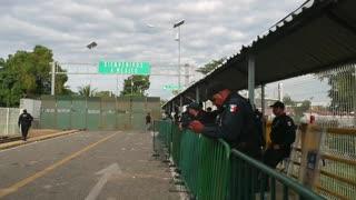 Caravana de migrantes hondureños avanza hacia EE.UU.