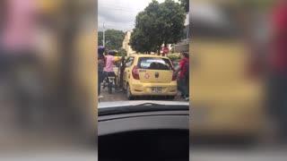 Video registró pelea entre taxista y motociclista en plena vía de Bucaramanga