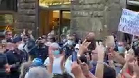 Firenze,la Polizia si toglie il casco