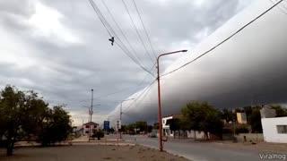 Massive cloud comes over neighbourhood
