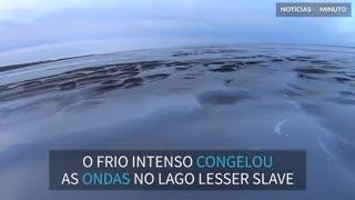 Impressionante! Frio congela ondas em lago no Canadá