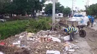 Hombre tira escombro a el canal de El Campestre