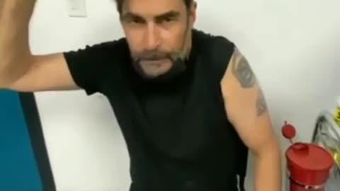Attore Spagnolo Rafael Taibo Prima e dopo il vaccino anti covid