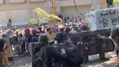 Street brawl between republicans, democrats and the Burn Loot Murder Movement #Trump2020