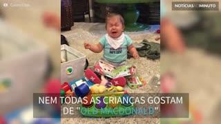 Esta criança detesta ouvir a mãe cantando