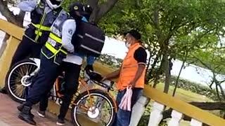 [Video] Agentes de tránsito se enfrentan con domiciliario, ¿qué pasó?
