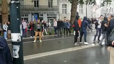 Nantes : Une dizaine d'antifas cagoulés armés s'est attaqué à des manifestants catholiques