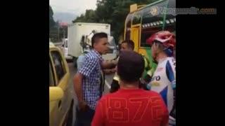 A puño y machete, taxista y ciclista resolvieron accidente en Bucaramanga