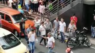 Video: taxista y transportador informal protagonizaron riña en Bucaramanga