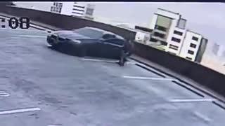 Video: Cámara registró caída de vehículo desde un quinto piso en Medellín