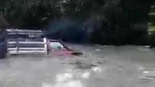 Creciente de una quebrada arrastró camión en Santander