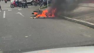 Moto de presuntos ladrones fue quemada en el barrio San Francisco de Bucaramanga