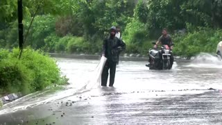 Heavy rains in northern India cause traffic chaos