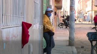 Trapos rojos para pedir ayuda económica en Colombia
