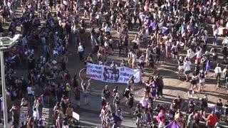 Marcha por el 8M en Chile es dispersada con gases por la Policía