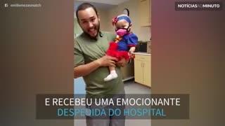 Em última sessão de quimioterapia, garotinha recebe adeus emocionante do hospital