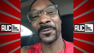 Snoop Dog gives homeless man money.