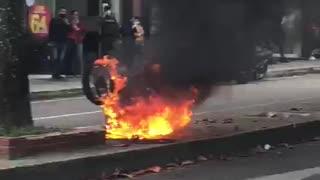 Video: Comunidad le prendió fuego a la moto de un presunto ladrón
