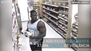 Fisiculturista sensualiza para câmera de supermercado