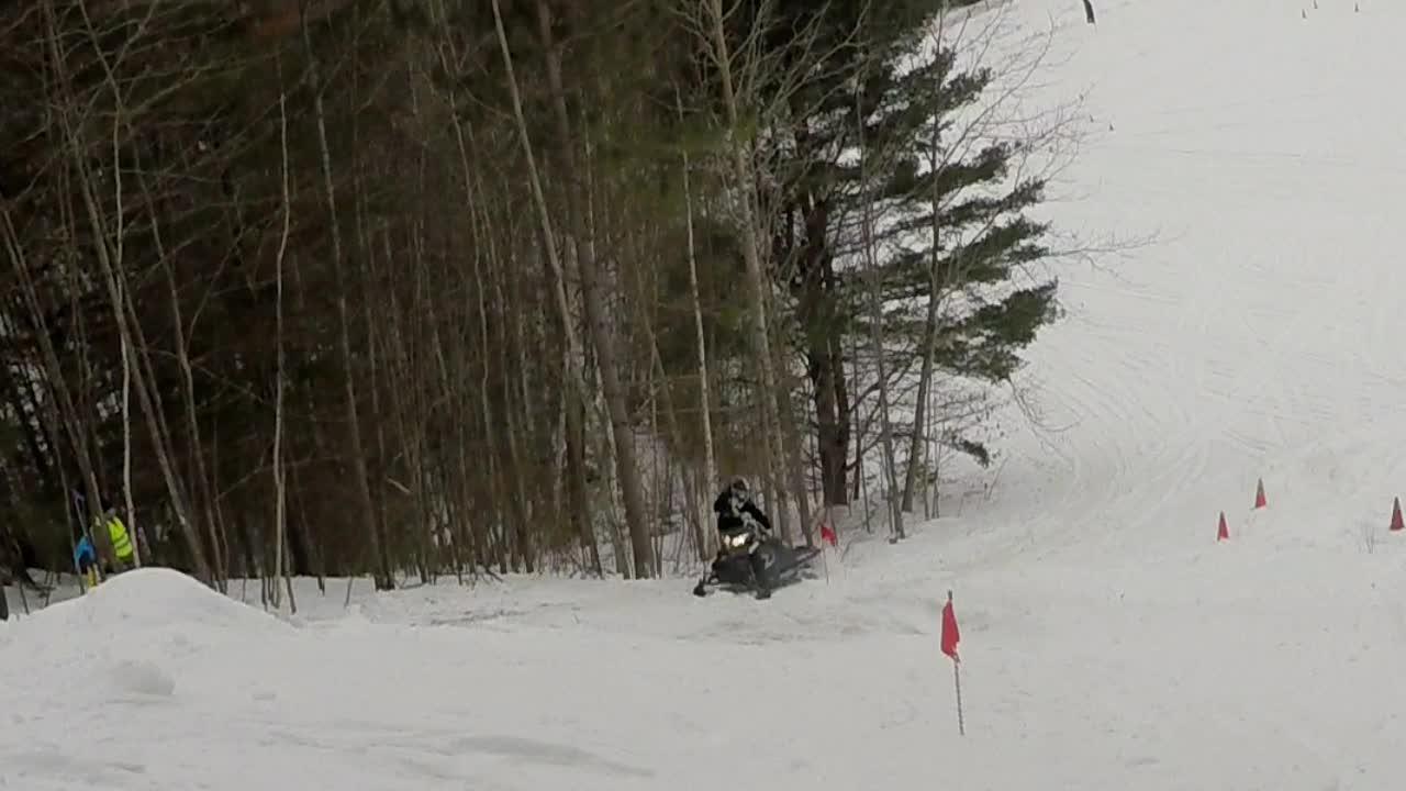 Her mister Luke kontroll på snøscooteren