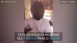 Adolescente muda de voz enquanto canta e vídeo viraliza