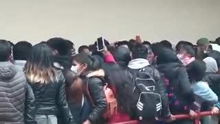 Estudiantes caen de un edificio