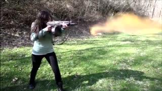 Mira mujeres disparando.
