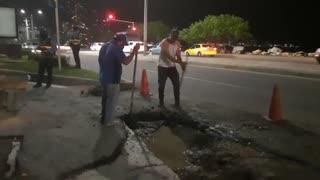 Jóvenes adelantan trabajos de reparcheo en vía de Cartagena