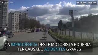 Motorista imprudente quase causa acidente grave!