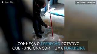 Homem usa furadeira para potencializar limpeza!