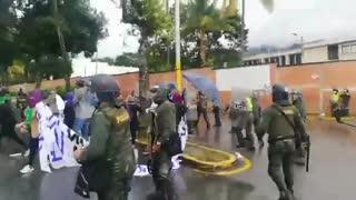Protesta frente a la Quinta Brigada del Ejército terminó en enfrentamiento con la Policía
