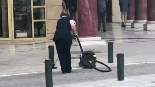 Θεσσαλονίκη: Γυναίκα έβαλε ηλεκτρική σκούπα στην πλατεία Αριστοτέλους