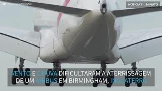 Avião aterrissa de lado na Inglaterra