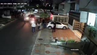 Carro embiste a presuntos ladrones