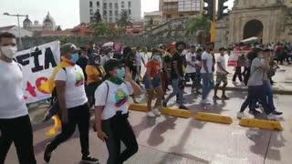 Estudiantes protestan desde la Torre del Reloj