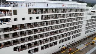 Cruzeiro Silver Spirit atravessando o Canal do Panamá