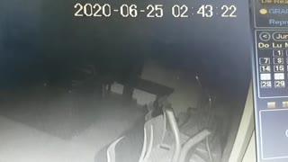 Video: Hombre robó en restaurante de Bucaramanga y aprovechó para beber y comer en el sitio