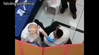 Uniklé video zachycuje fejkové očkování v Izraeli, lékař vpichuje vakcínu do košile místo do ramene!