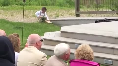 Kids add some comedy to a wedding! - Funny video