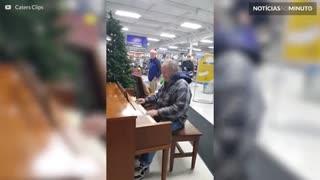 Velhinho dá show ao tocar piano em loja nos EUA